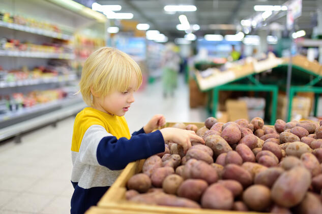 Picking potatoes in the store